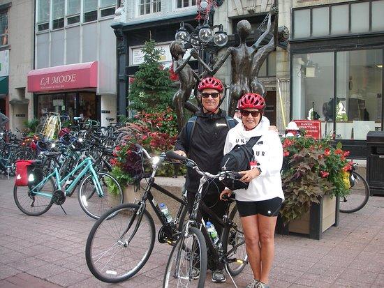 Ottawa Highlights 3.5 Hour Bike Tour: Face au commerce de Escape Tours Bicycle