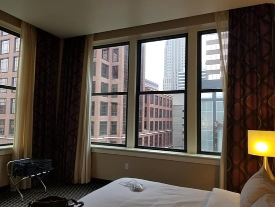 Embassy Suites by Hilton St. Louis - Downtown: Corner Room
