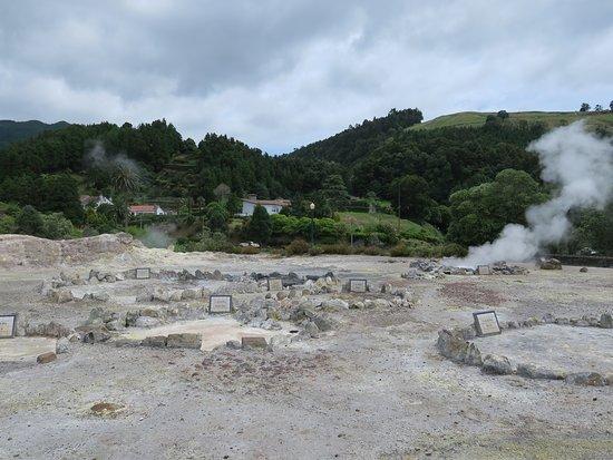 Caldeiras da Lagoa das Furnas: 硫黄の匂いがします