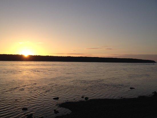 Passage View Motel: Sunrise over Quadra Island