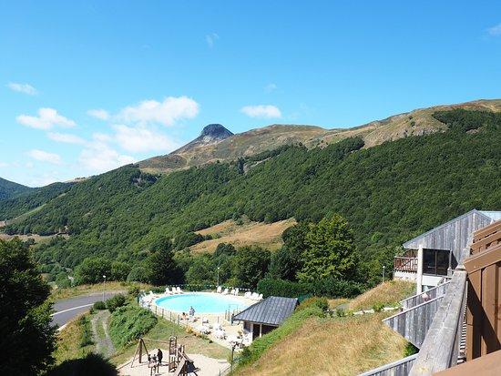 Saint-Jacques-des-Blats, Frankreich: Vue piscine, jeux et paysage depuis le balcon