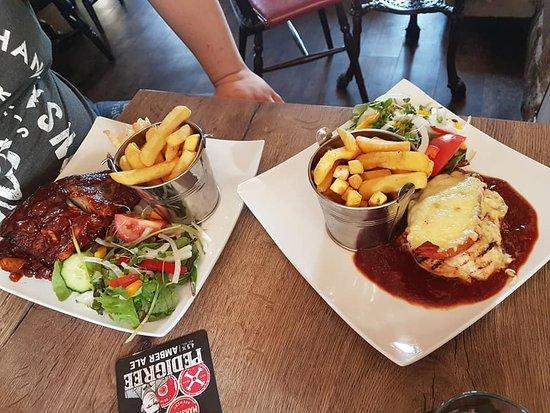 Knockerdown, UK: bbq chicken and ribs