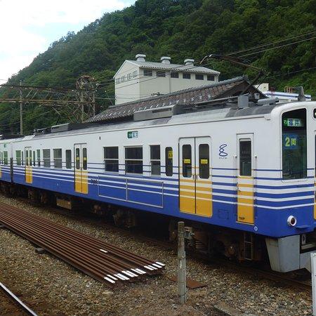 Katsuyama, Japon : 福井行電車とバックのホーム上屋