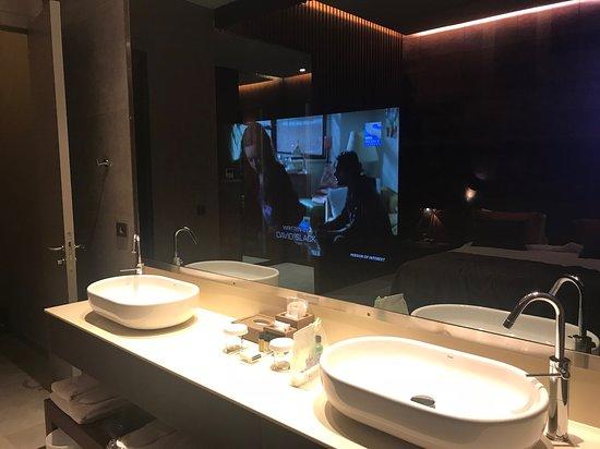 TV ist im Spiegel integriert. - Picture of Tasigo Hotels Eskisehir ...