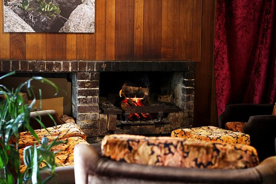 Fern Tree, Australia: Lounge area by the fireplace