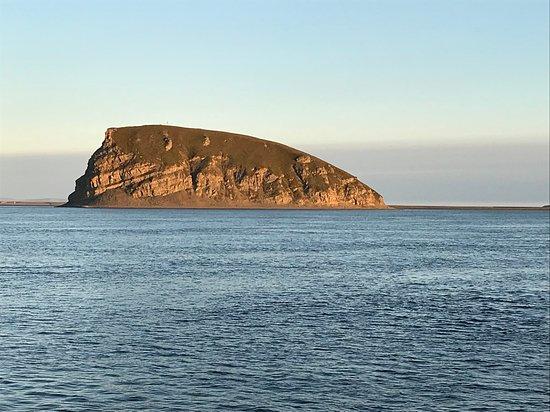 Sakha (Yakutia) Republic, Rosja: Скала Столб в дельте Лены в лучах восходящего солнца