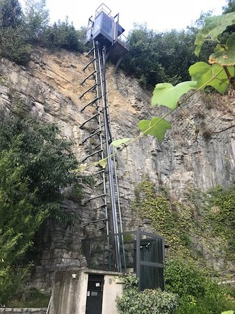 Pognana Lario, Italy: The lift from the gardens above LCBR to the car-park