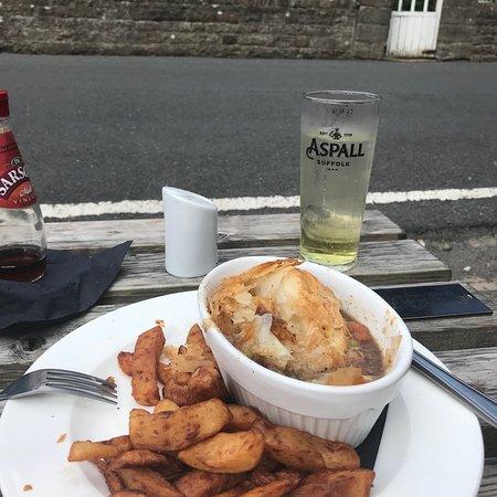 Gunnerside, UK: I sat outside in late summer sun enjoying braised beef pie with Black Sheep Bitter gravy, delici