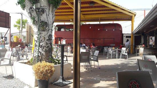 Madridejos, Ισπανία: Terraza con bus londinense