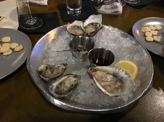 Rappahannock Restaurant: Oysters are served