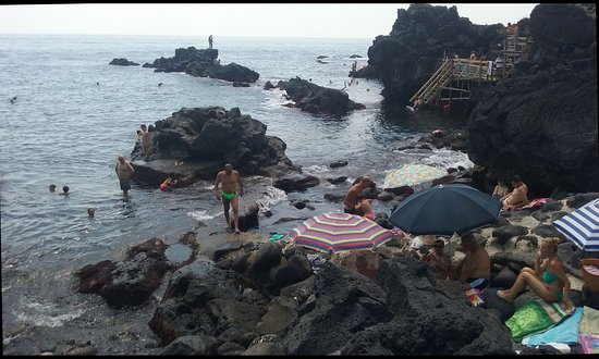 Stazzo, อิตาลี: The crowded lava cliffs in the summer season - 1