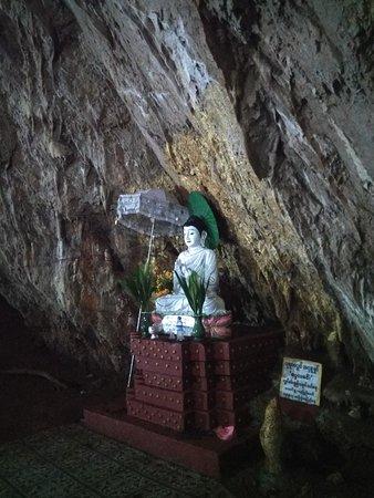 Aung Tha Pyae Cave: A lo largo del recorrido hay muchos altares de Buda