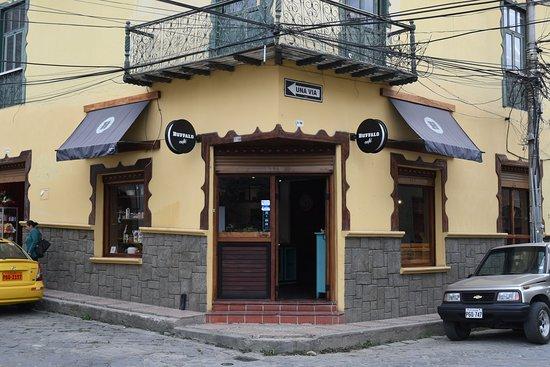 Gualaceo, Ecuador: De entree van Buffalo Café vanaf het plein gezien