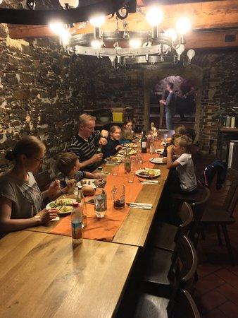 Waldmunchen, Alemania: Schloßkeller mit langer uriger Tafel