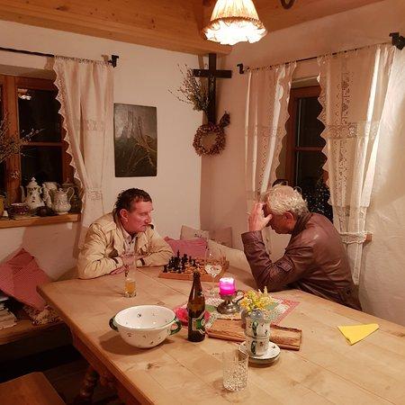 Franking, Austria: Holzofenpizza, Eine Partie Schach im Herrgottswinkl