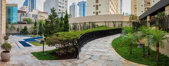 Jardim localizado na parte posterior do hotel, próximo à piscina e academia