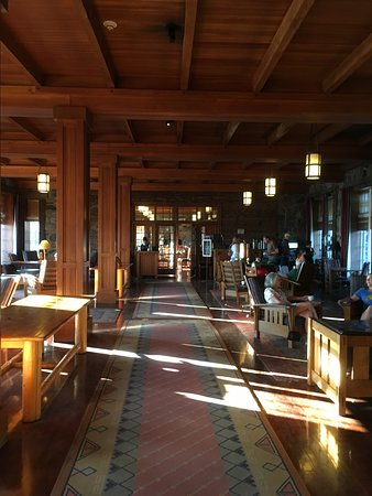 Crater Lake Lodge Dining Room: hallway to alcove near entrance to dining room (get your free coffee/tea at the alcove.