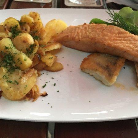 Middelhagen, Jerman: Suppe, Hauptgericht und Salat. Alles sehr schön angerichtet und absolut lecker !