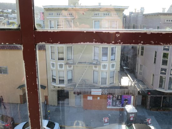 Cow Hollow Inn and Suites: Middle window.