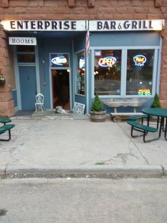 Enterprise Bar & Grill: Nice bar, great service