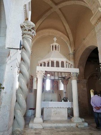 Bominaco: Particolare chiesa santa Maria Assunta