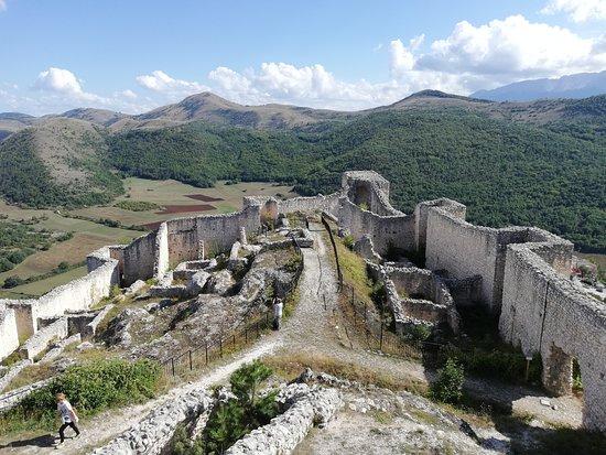 Bominaco: Vista rovine del castello