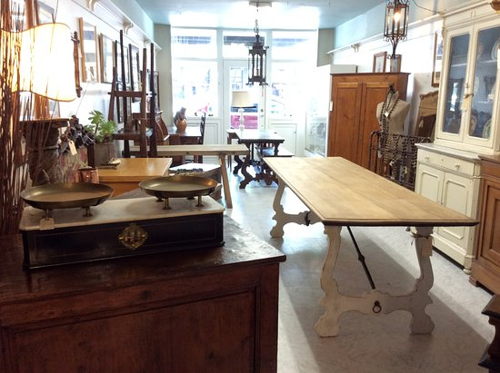 Petaluma, Californie : Each antique dealer has a dedicated space that allows their style and taste to stand out