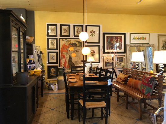 Chelsea Antiques: Clever layout with balance and symmetry holding many pieces together.