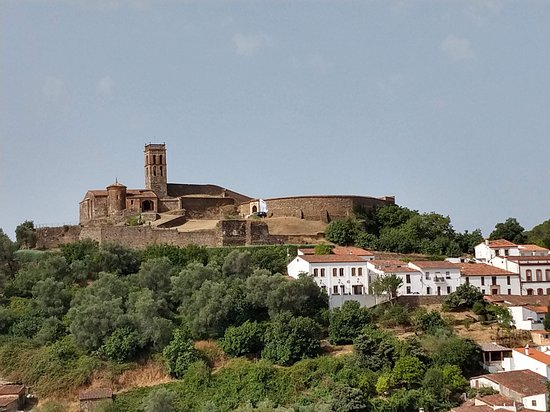 Almonaster La Real, Spagna: La mezquita vista desde la carretera