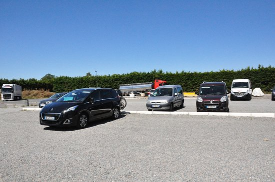 Touverac, فرنسا: Parking of the restaurant.