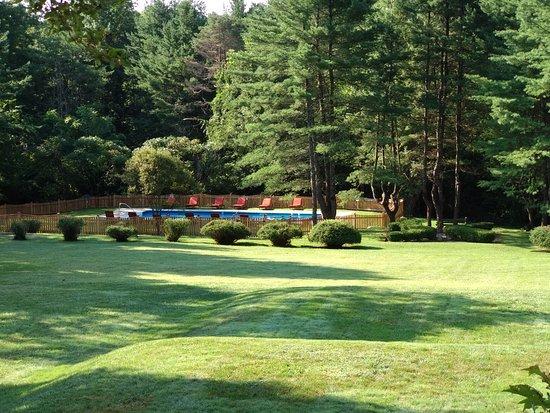 Seven Hills Inn: L'area di fronte al motel