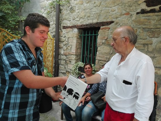 Castellania, Italia: Mio nipote con il proprietario.