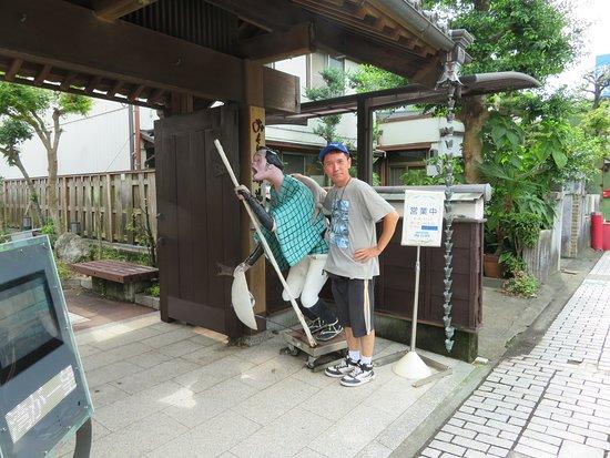 Omoshiro Shukubakan: 入り口の人形