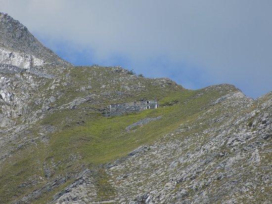 Colonnata, Italien: a mountain retreat seen from the trail