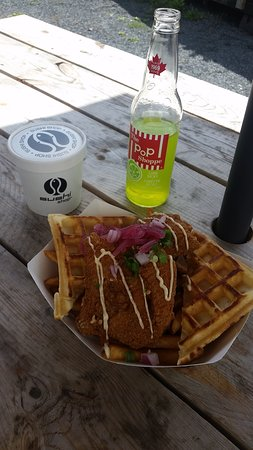 Youngs Point, Kanada: Chicken and Waffles with Syrup and PopShop Lime Ricky