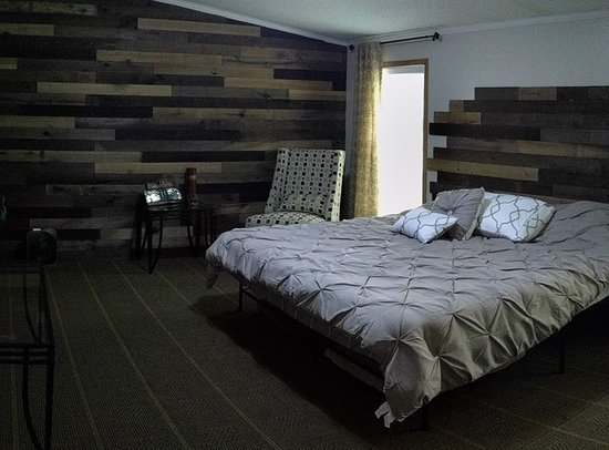 Mound City, Канзас: master bedroom at wildcabin