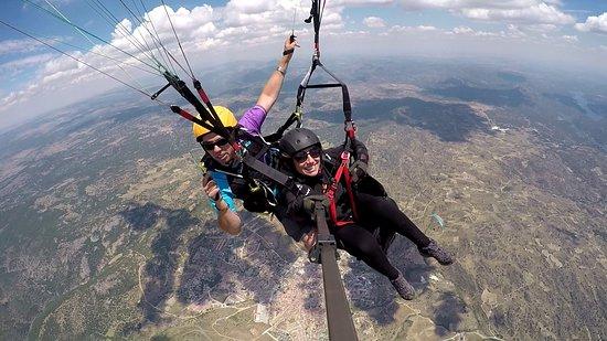 Pedro Bernardo, إسبانيا: Volando por encima del pueblo de Cebreros, en Ávila