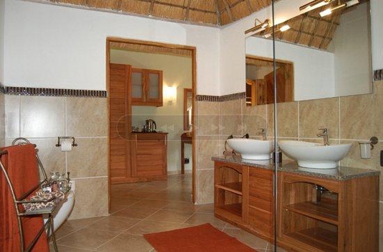 Kubu Safari Lodge: Superior Bathroom