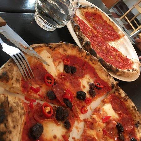 neapolitan ny style pizza at daddy greens pizzabar in töölö