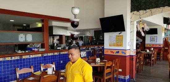 La Parrilla: Alberto carries drinks on his head!