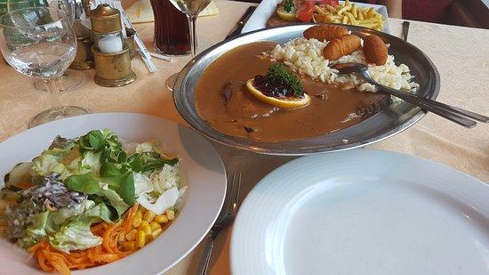 Wenns, ออสเตรีย: Hirschbraten mit Spätzle, Kroketten und Salat