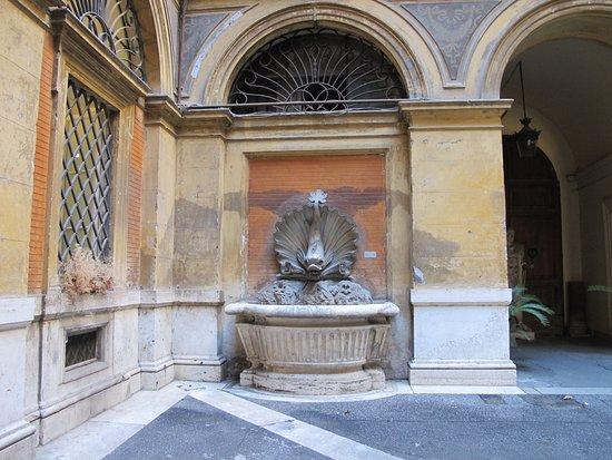 Fontana dei Pesci di Palazzo Mereghi