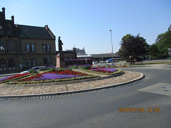 Quedlinburg, Alemania: 駅前の花壇と像