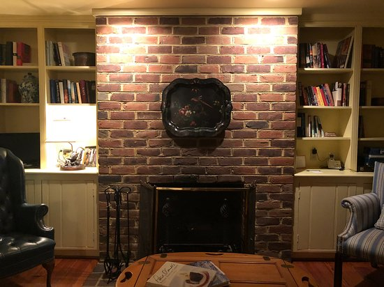 Washington, VA: Living room in the cottage