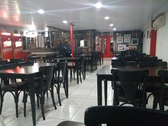 Xanxere, SC: Ambiente interno com bar e banheiros ao fundo.