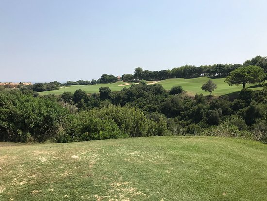 Guadiaro, Espagne : Teeing off 18th green over a ravine!