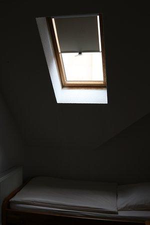 Bad Muskau, Duitsland: скошенное окно в крыше