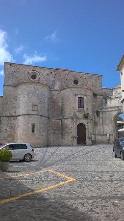 """Gerace, Italia: la piazza con lo splendido """"di dietro"""" della Cattedrale"""