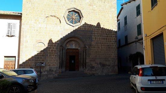 Tuscania, Italie : facciata della chiesa con il rosone