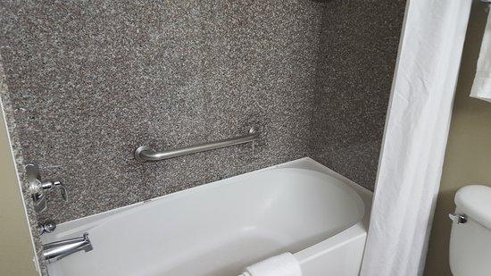 Quality Inn & Suites Near Fairgrounds Ybor City : Bathtub/Shower